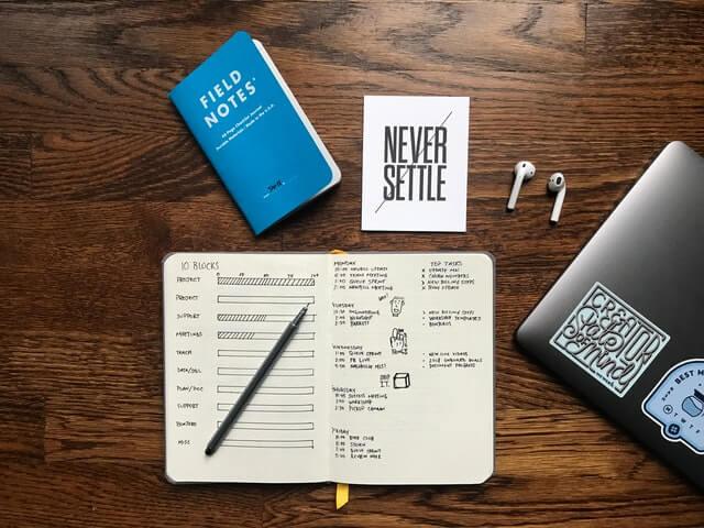 デスクの上にあるノートとペン
