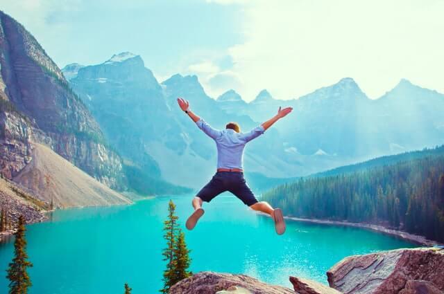 絶景でジャンプしている画像